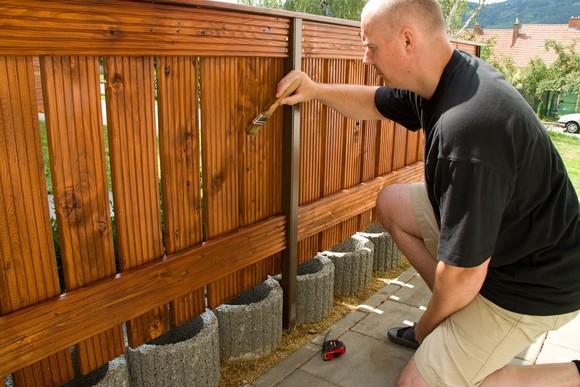 Barva na dřevěný plot